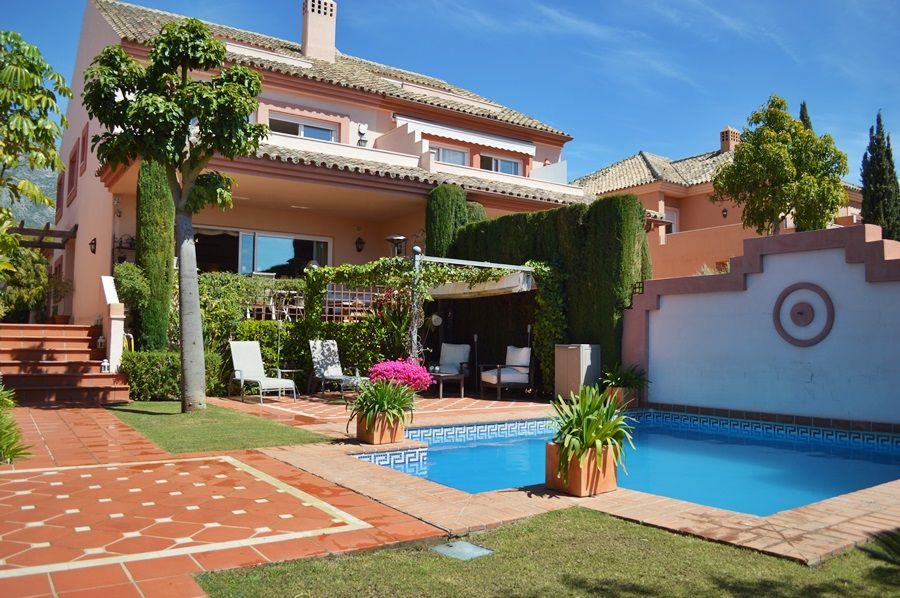 Semi-detached villa in Altos de Puente Romano. 5 Beds.
