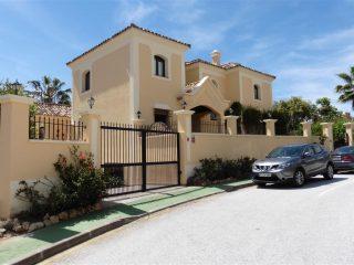 Family villa with sea views in La Quinta